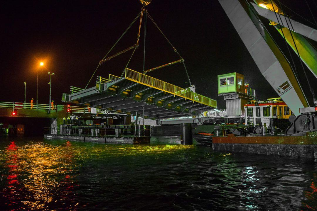 Nachtelijke werkzaamheden bij vervangen brugdeel in Wormerveer