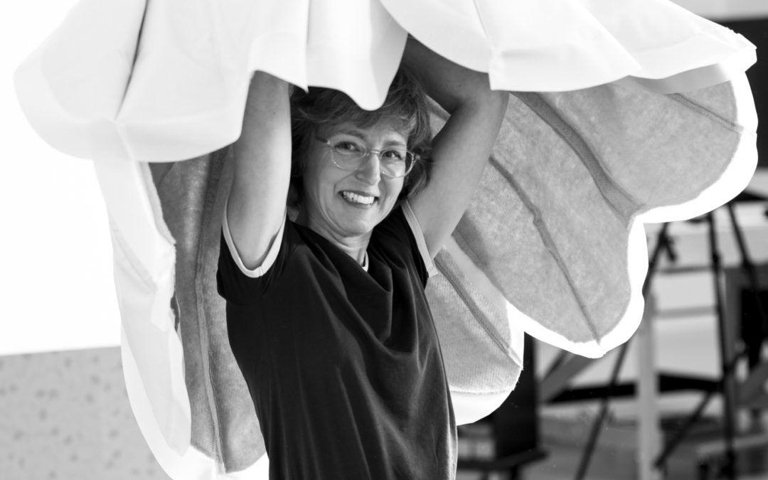 Portret bloemenkunstenaar Linda Nieuwstad tijden opbouwen bloemstuk in Noordbrabants Museum