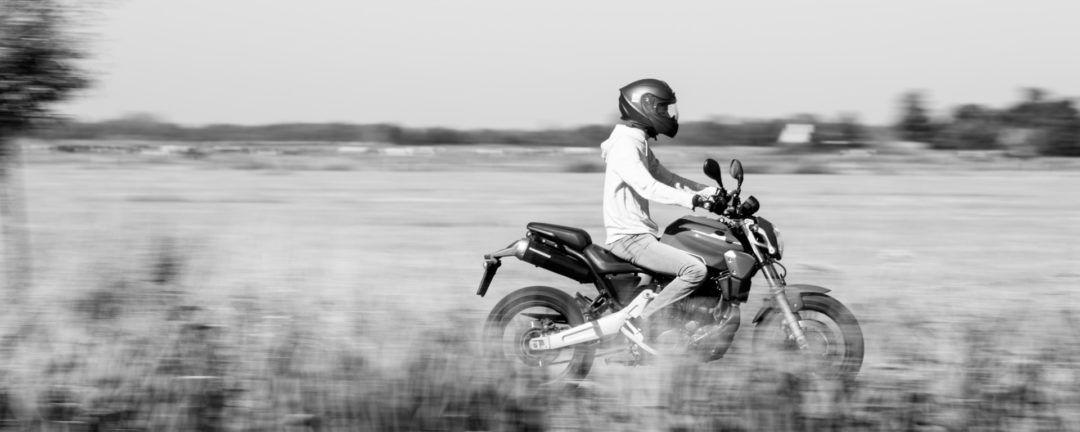 Jonge accountant wilde onderscheidend zijn, met zijn passie motorrijden