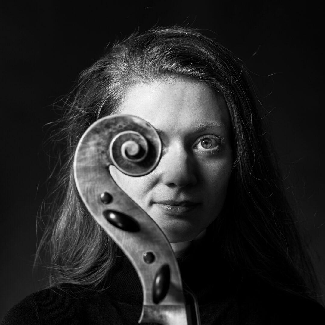 Portret van muziekdocente cello Gala