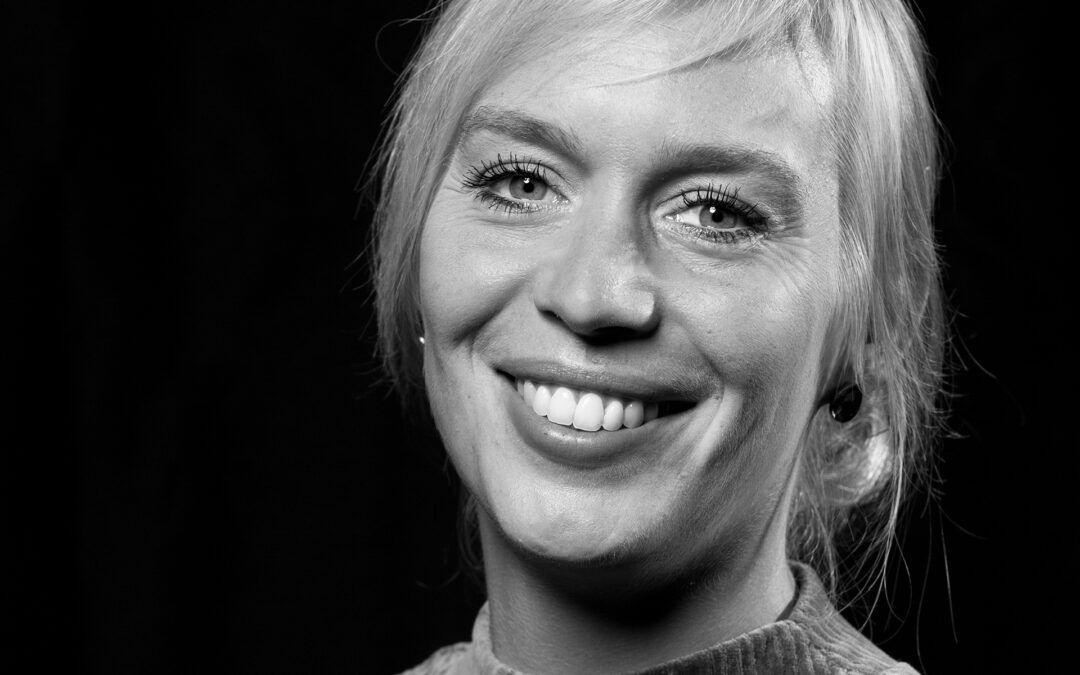 Portretfoto van muziekdocent Elice voor LinkedIn